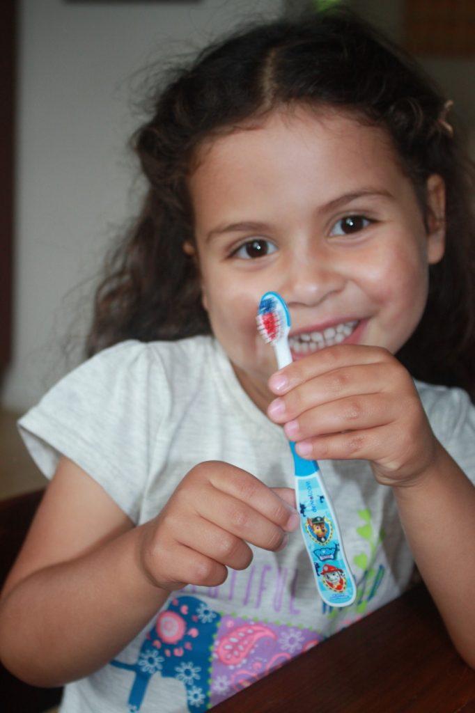 Wat? Mag jouw kleuter niet zelf haar tandenpoetsen? - review dentalcare